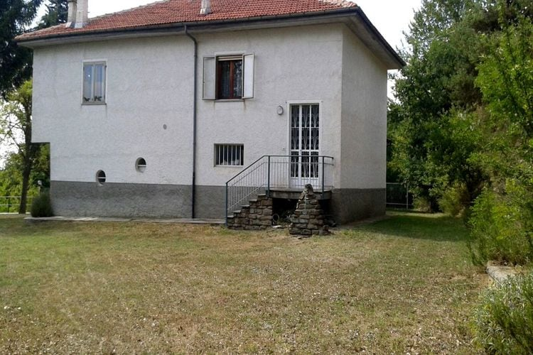 Piemonte Vakantiewoningen te huur Landhuis in een geïsoleerde positie, in het groen, met grote tuin