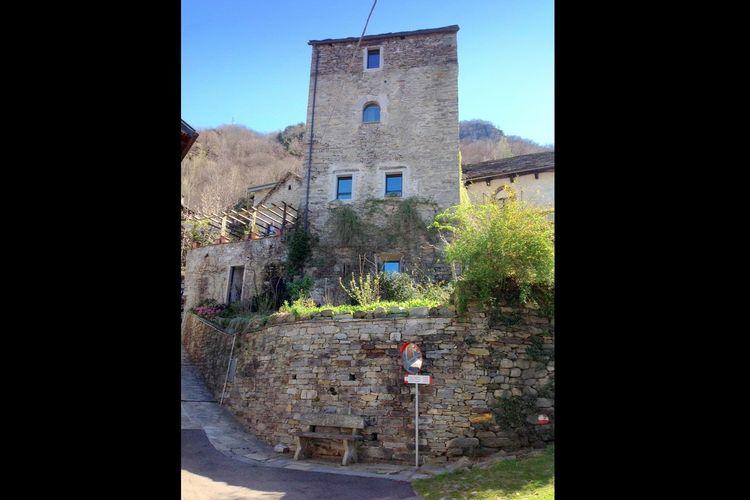 Vakantie in een oude middeleeuwse toren, niet ver van het Maggioremeer