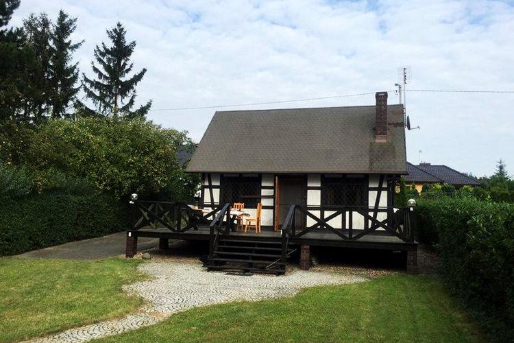Sapowice Vakantiewoningen te huur Lake House perfect voor 5 personen. Woonkamer met open haard, 2 slaapkamers, tuin.