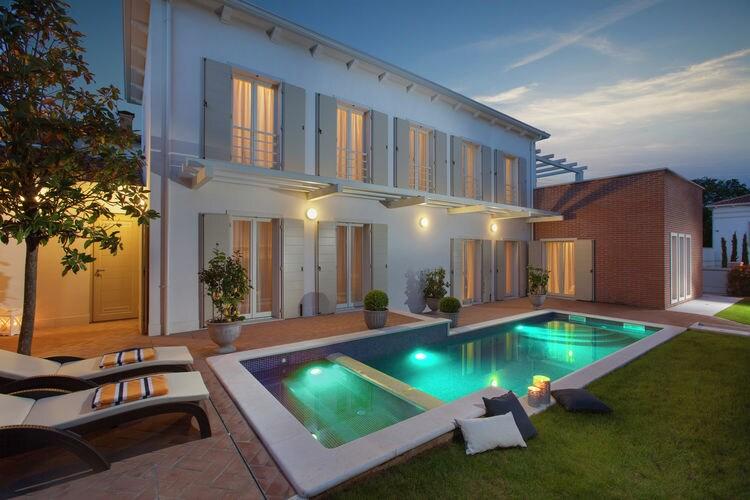 Vabriga Vakantiewoningen te huur Luxe villa met privé zwembad en grill, grote woonkamer met airco en wifi