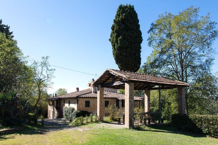 Italie Vakantiewoningen te huur Ruime boerenwoning met veel groen rondom en een gedeeld zwembad bij het huis.