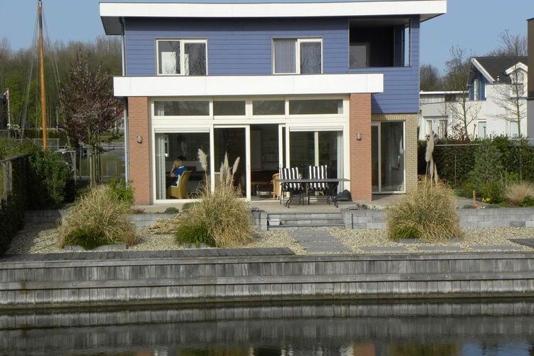 Vrijstaande, gelijkvloerse, luxe villa met twee badkamers, gelegen aan het water