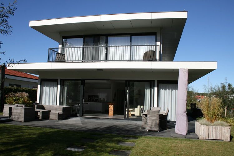 Riante (200m2), vrijstaande luxe villa met drie badkamers, gelegen aan het water
