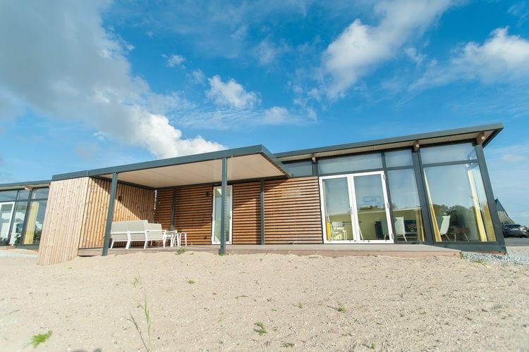 Hollum Vakantiewoningen te huur Comfortabele lodge met twee slaapkamers en veranda op slechts 1 km. van zee