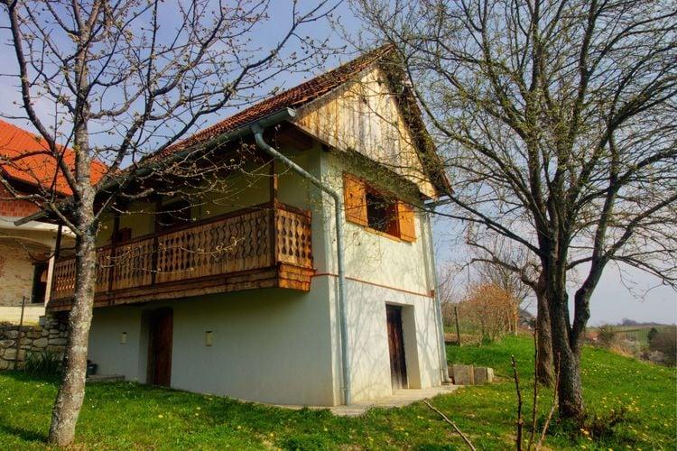 Wijnhuisje in idyllische omgeving, omgeven door boomgaarden en wijngaarden