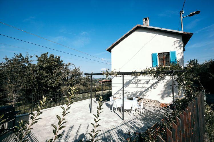 Vakantiewoning  met wifi  Santo Stefano Belbo  Huis op het platteland met een groot overdekt terras en een barbecue, met uitzicht over de heuvels