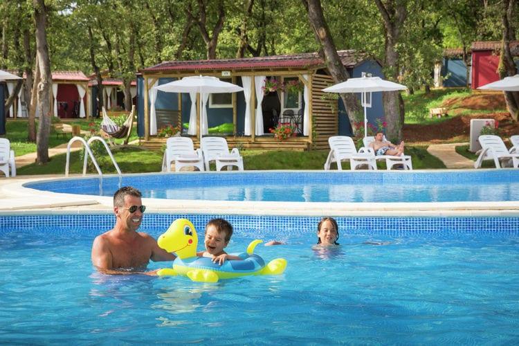 Vakantiewoning met zwembad met wifi  Novigrad  Comfortabele cottage met twee badkamers, gelegen op mooi resort direct aan zee