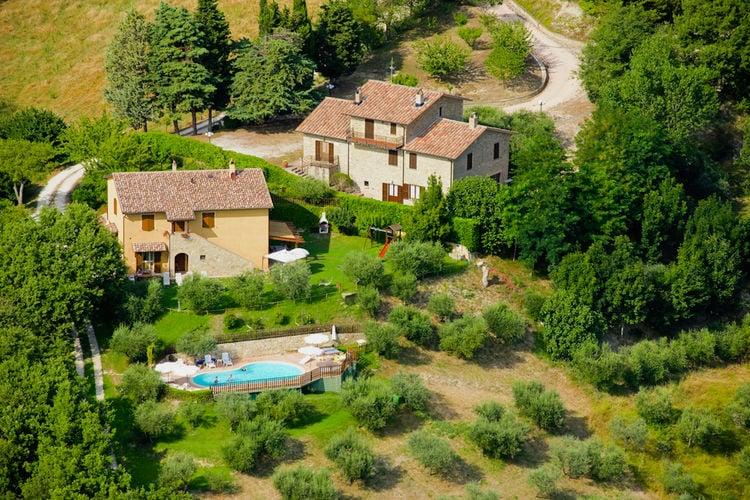 Italie | Umbrie | Boerderij te huur in Valfabbrica met zwembad  met wifi 8 personen