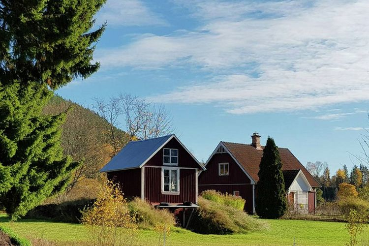 Mooi typisch zweeds huis midden in de prachtige natuur met grandioos uitzicht