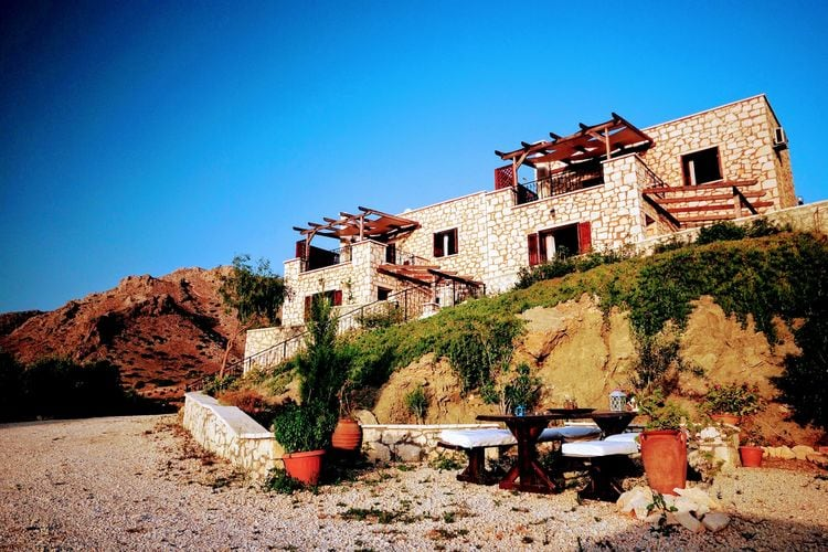 Traditionele stenen huizen met panoramisch uitzicht op zee aan de zuidoostkust