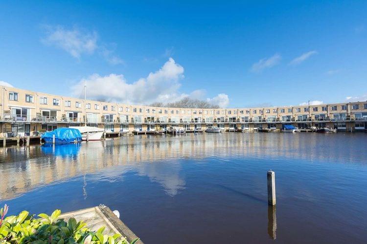 Modern ingericht vakantiehuis in Sneek direct aan het water, met aanlegsteiger.