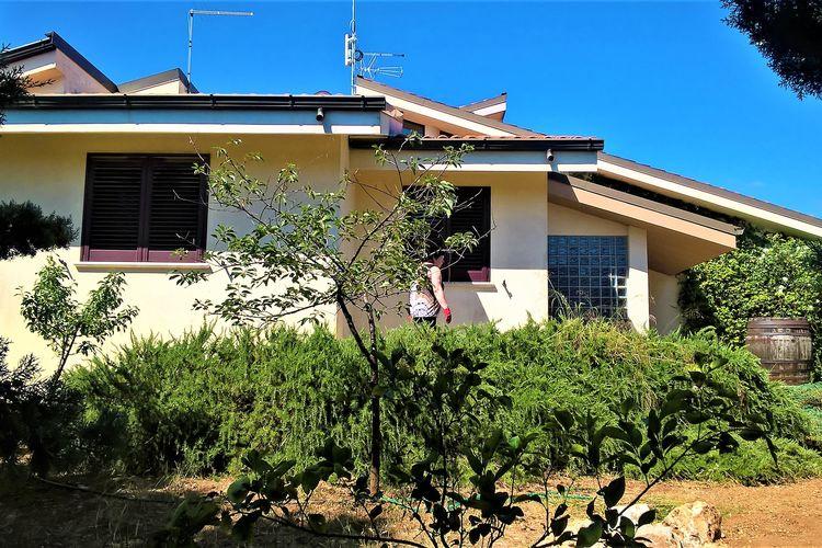 Villa met zwembad met wifi  Maruggio  Volledig uitgerust huis met zwembad, bubbelbad en spelletjes op 3 km van de zee