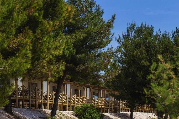 Kroatie Chalets te huur Comfortabel chalet met twee badkamers op resort met faciliteiten, direct aan zee