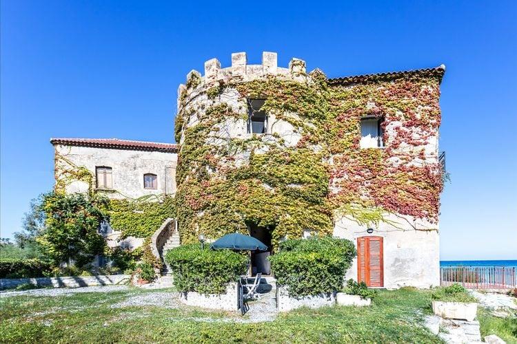 Basilicata Villas te huur Ruim appartement in historisch gebouw met schaduwrijke tuin, direct aan zee.