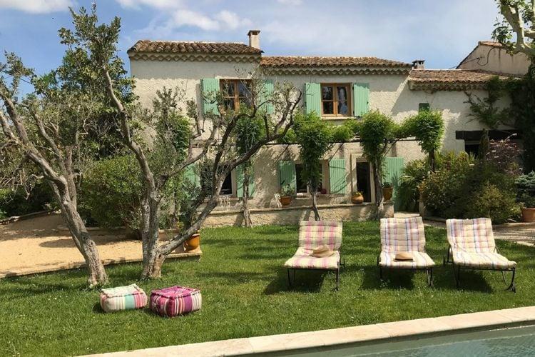 Arles Vakantiewoningen te huur Mooie vakantiewoning in een Mas met romantische patio met bassin en zwembad.