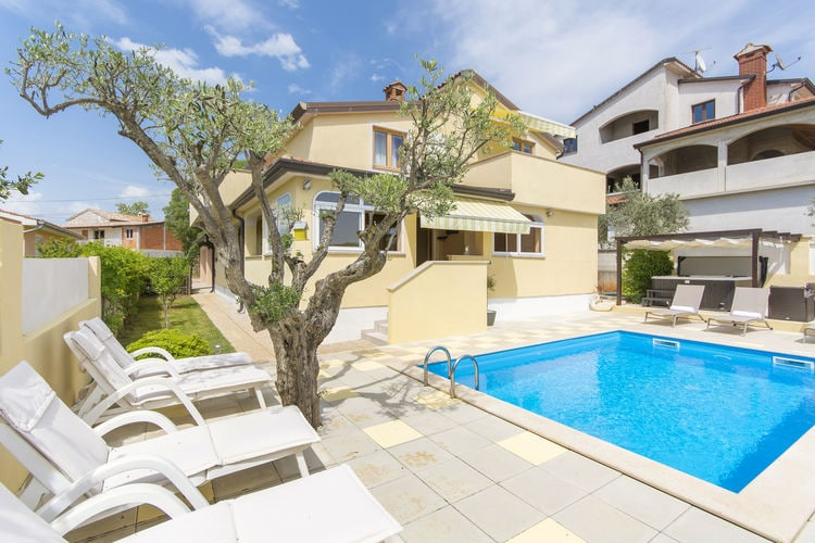 Appartement met zwembad met wifi  IstrieApartment Complex Sani with Pool \/ Three-Bedroom Apartment Sani I with Shared Pool and Hot Tub
