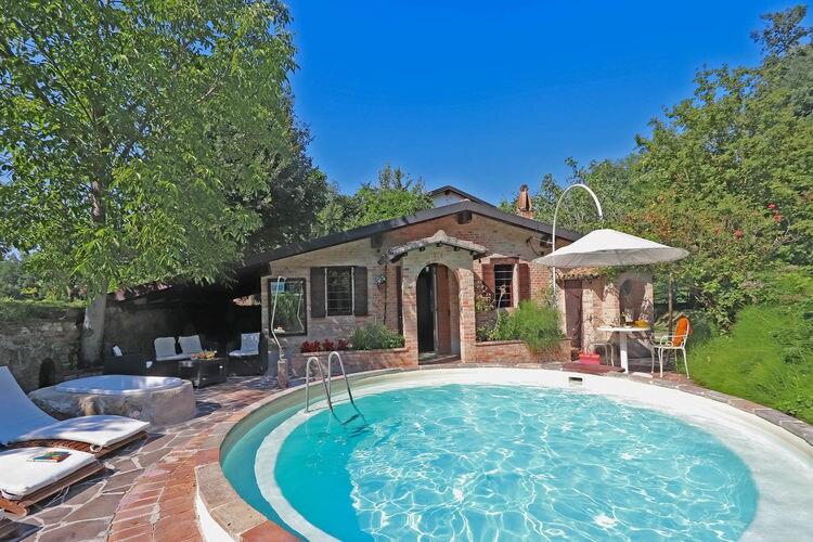 Villa met zwembad   Pergola  Villa met rond zwembad, tuin, mooie omgeving