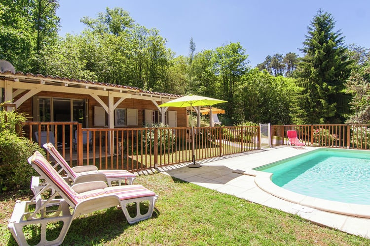 Dordogne Chalets te huur Vrijstaand chalet met omheind privézwembad en mooi uitzicht.