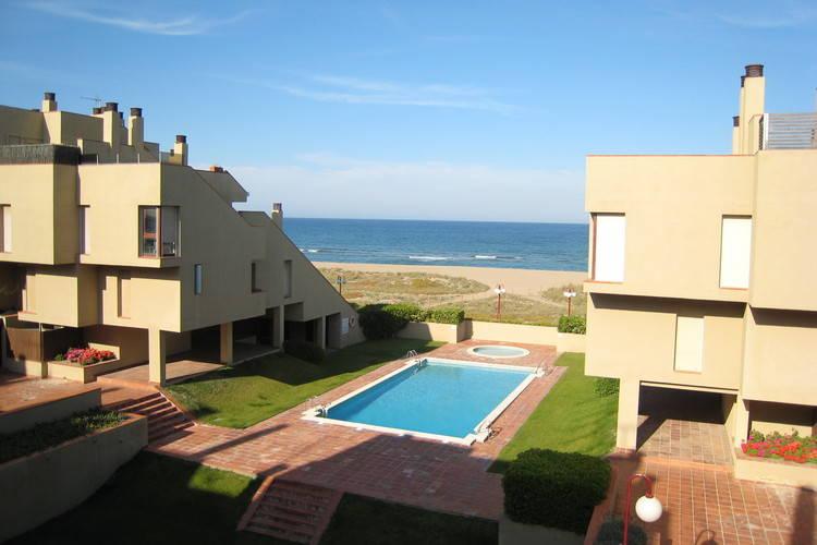 Leuk appartement in Spaanse stijl met gemeenschappelijk zwembad, aan het strand