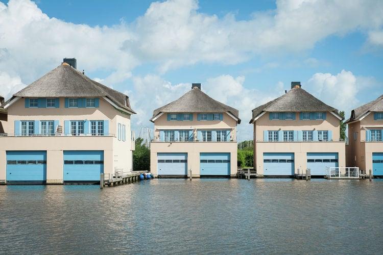 Stavoren Vakantiewoningen te huur Luxe, geschakelde villa met schiphuis en aanlegsteiger, bij Stavoren