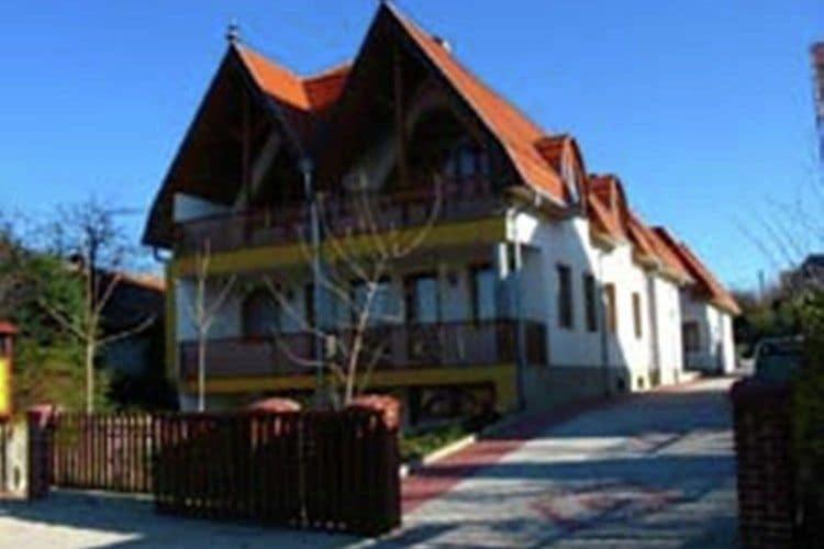 Appartement huren in Balatonmeer - met zwembad   met zwembad voor 7 personen  De appartementen, gelegen op de be..