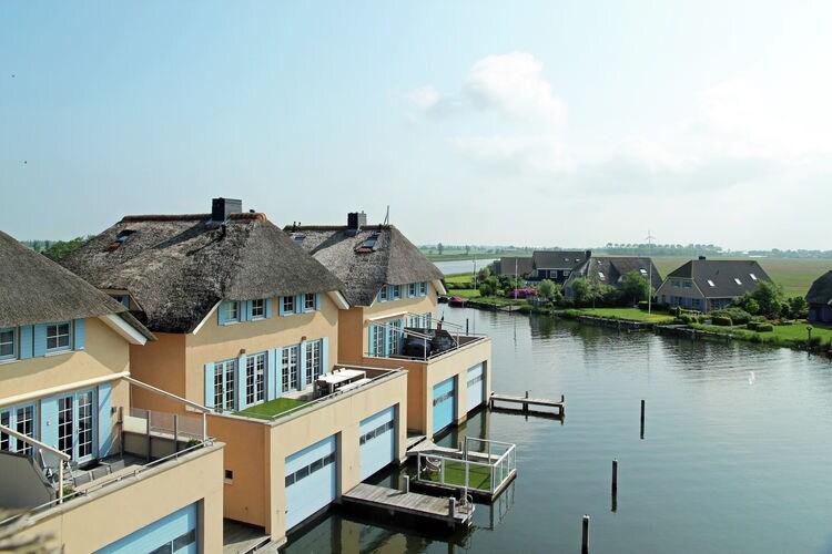 Vakantiewoning met zwembad met wifi  Stavoren  Schiphuiswoning met eigen aanlegsteiger en uniek uitzicht in het Friese Stavoren
