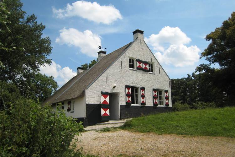 Noord-Brabant Boerderijen te huur Monumentale rietgedekte boerderij prachtig gelegen op de dijk