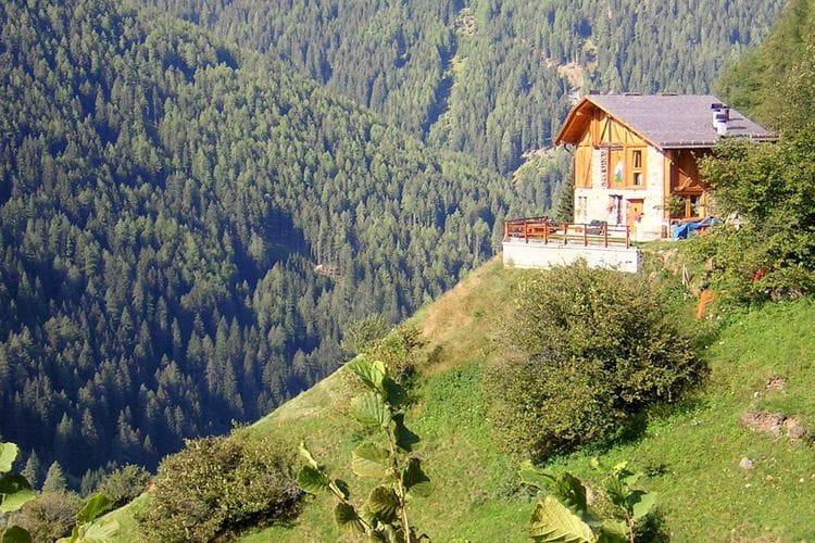 Panoramisch en rustig gelegen woning tegen heuvel
