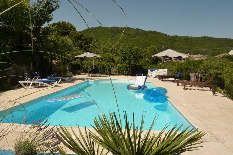 Landgoed met drie vakantiewoningen en gedeeld zwembad in klein dorpje