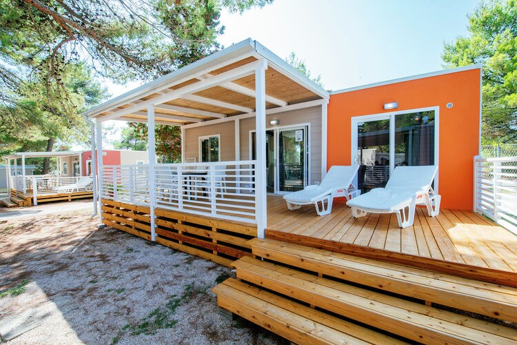 Kroatie Chalets te huur Luxe mobilhome met twee badkamers op groot park direct aan zee gelegen