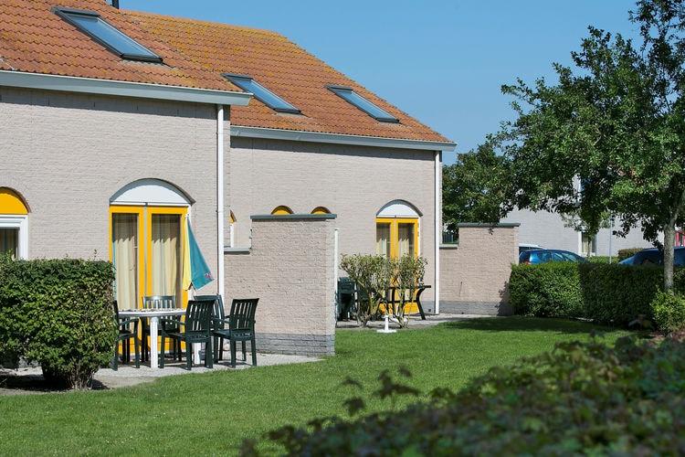 Geschakelde villa met badkamer op de begane grond, gelegen op een park op slechts 500 m. van zee
