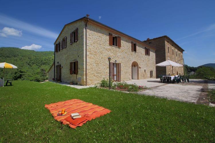 Vakantiewoning met zwembad met wifi  Apecchio  Landgoed met zwembad, ruime tuin, privé terras en mooi uitzicht