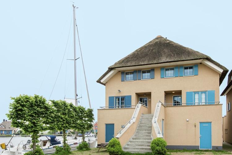 Vakantiewoning met zwembad   Stavoren  Schiphuiswoning met eigen aanlegsteiger die je laat genieten van rust en natuur.