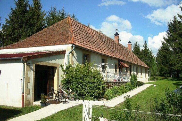 Auvergne Vakantiewoningen te huur Sfeervolle woning met tuin, midden in de natuur in de Auvergne, bij Vieure