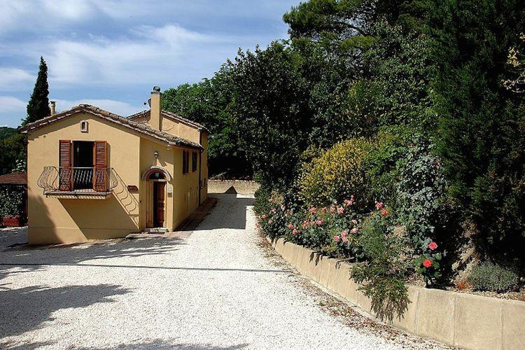 Marche Boerderijen te huur Agriturismo met zwembad en mooi uitzicht tussen wijngaard en olijfbomen