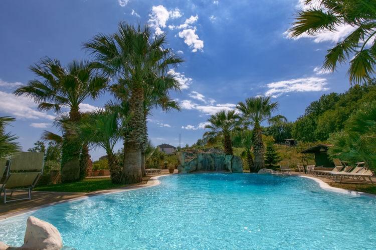 Campania Boerderijen te huur Agriturismo-appartement met workshops, restaurant en zwembad, omringd door olijf- en fruitbomen