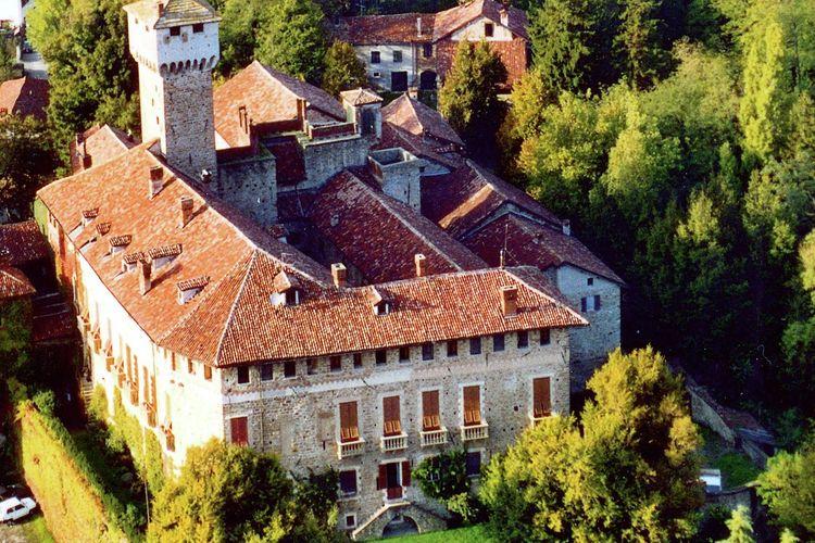 Vakantiewoning in middeleeuwse borgo naast een kasteel omringd door druiven