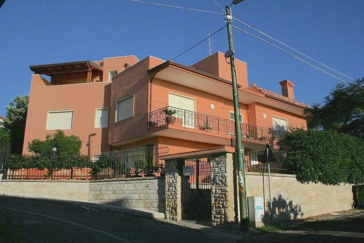 Appartement met ruim terras en uitzicht op zee in badplaats in Salento-streek