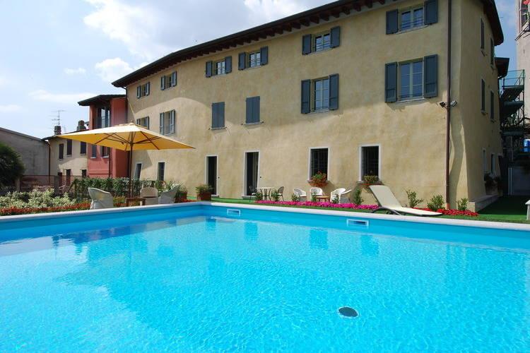 Charmante appartement met zwembad op slechts een korte afstand van het Gardameer