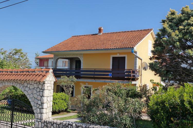 Ruim huis appartement met terras, op 300 m afstand van het strand!