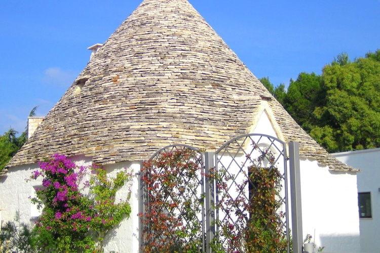 Puglia Vakantiewoningen te huur Authentieke trullo met privétuin met eeuwenoude olijfboom in Alberobello