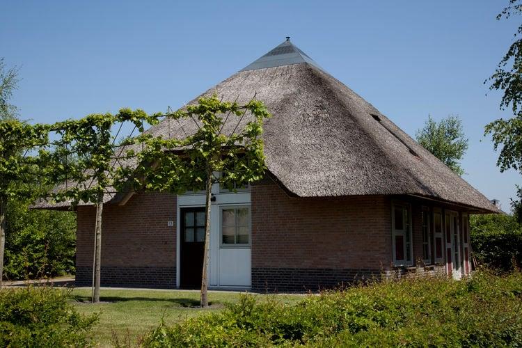 Friesland Boerderijen te huur Luxe, vrijstaande, rietgedekte villa, gelegen op ruim opgezet park met golfbaan
