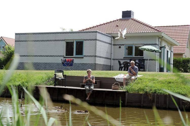 Andijk Vakantiewoningen te huur Vrijstaande villa op vakantiepark, voorzien van alle luxe zoals een whirlpool en sauna