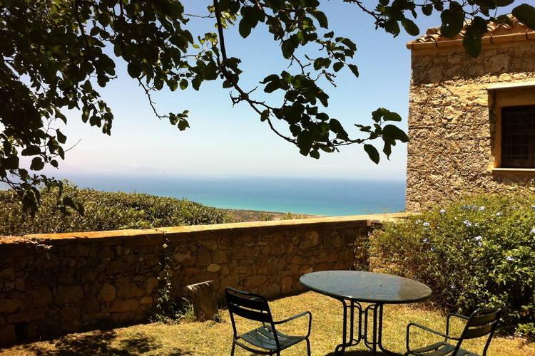 Vakantiewoning met zwembad  aan zee Campofelice  Oud boerenhuisje met veel smaak ingericht met adembenemend uitzicht op zee