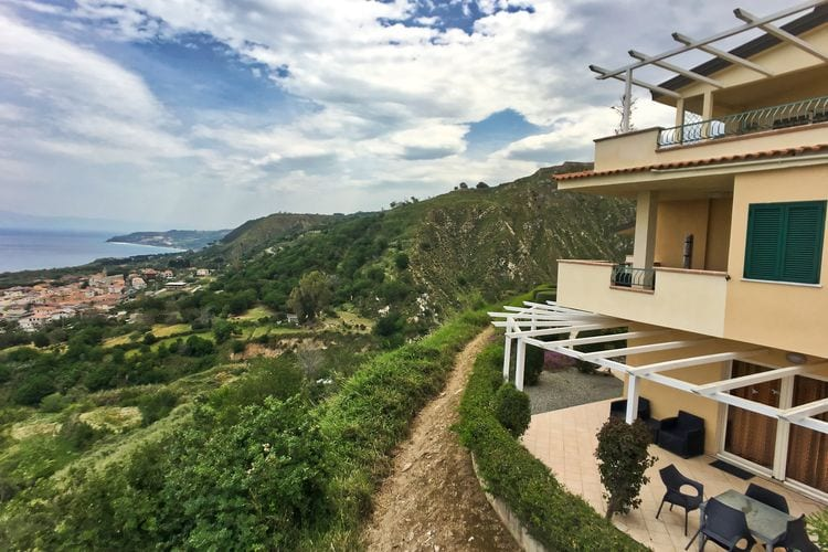 Vakantiewoning met zwembad   Parghelia  Appartement met zwembad en adembenemend uitzicht