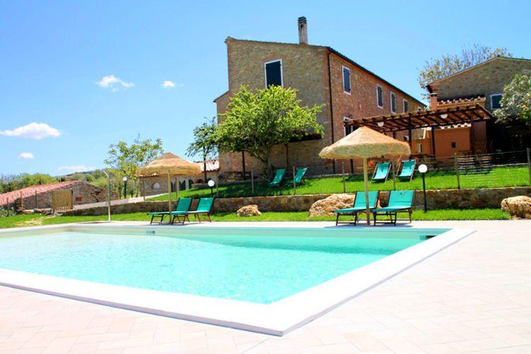 Toscana Vakantiewoningen te huur Typische Toscaanse boerderij met stenen gevel, omringd door wijngaarden
