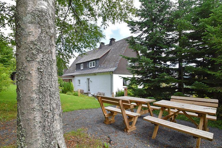 Winterberg-Neuastenberg Vakantiewoningen te huur Grote en lichte vakantiewoning in Neuastenberg met grote tuin direct aan de skipiste
